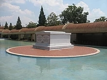 220px-martin_luther_king_jr_coretta_scott_king_tomb